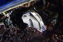 Le scooter de la victime tombé sur la route...
