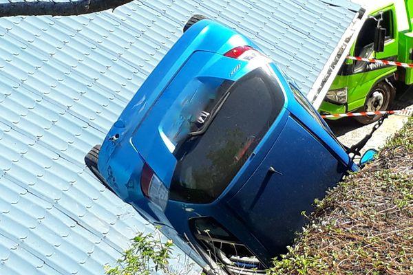 voiture sur le toit d'une maison