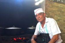 C'est derrière son feu de bois que Ti Fred se sent le mieux. Pour le Petit-Ilois, la cuisine est une affaire de coeur.