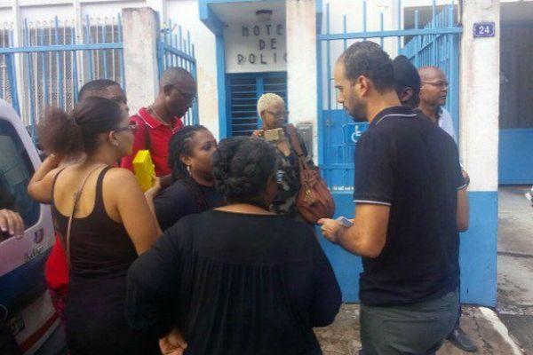 Plusieurs dizaines de personnes sont actuellement rassemblées devant le Commissariat de Cayenne.