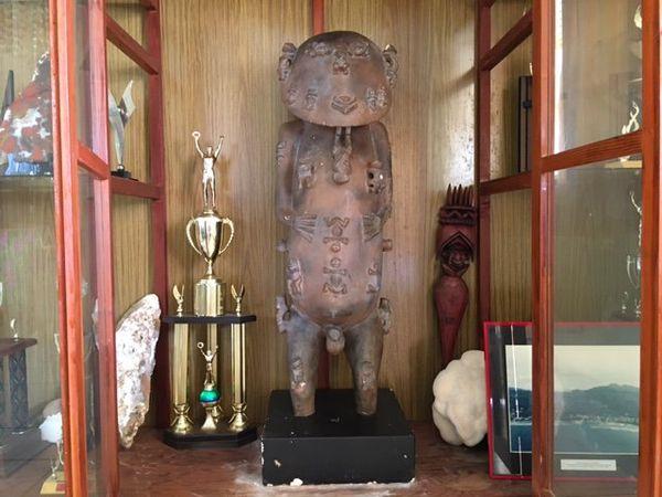 La copie de la statue du Dieu A'a ( un moule) à la mairie de Rurutu
