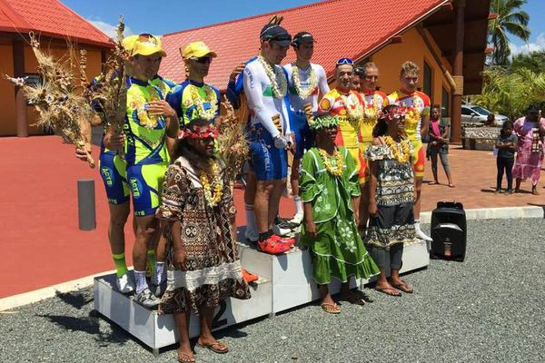 Le podium après le contre la montre par équipe. David Schavits prend le maillot jaune.