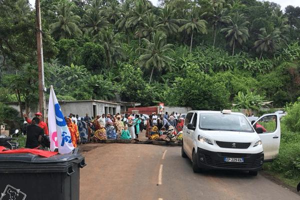 Les manifestants érigent de nouveaux barrages routiers à Mayotte ce jeudi 1er mars.