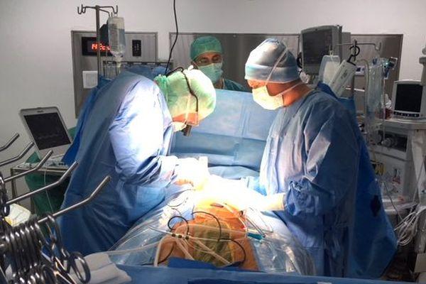 Mission de chirurgie cardiaque de l'institut Montsouris au médipôle, opération à cœur ouvert.