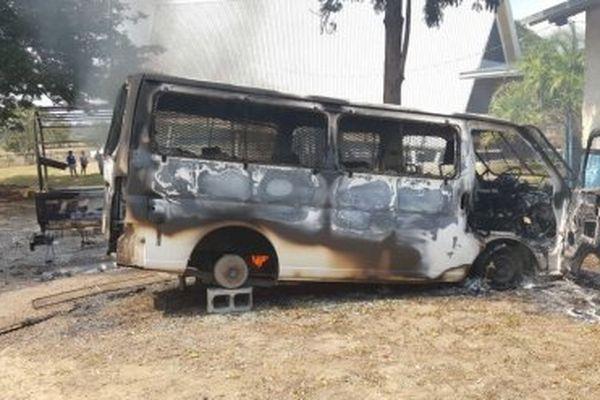 Véhicule incendié à Port-Moresby