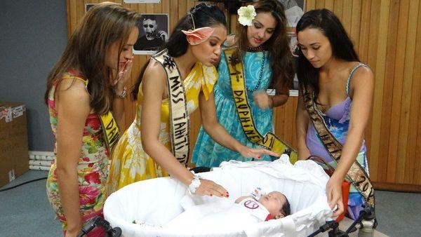 Miss Tahiti et ses dauphines  dans les studio Radio de Polynésie 1ère