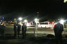 Les bus transportant les soignants venus de France, protégés par la police en raison de l'hostilité d'un groupe de manifestants (9 septembre 2021).