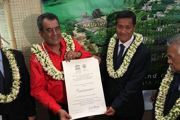 Edouard Fritch avec dans les mains le certificat d'inscription de Taputapuatea au patrimoine mondial de l'Unesco