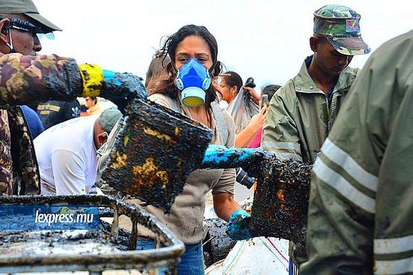 Nettoyage de la marée noire par les bénévole à l'île Maurice 9 août 2020