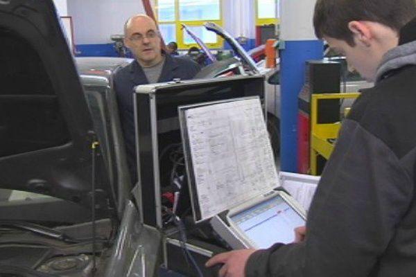 Atelier du bac pro maintenance des véhicules au lycée Emile Letournel à Saint-Pierre et Miquelon