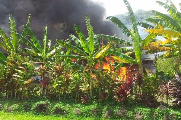 Une maison ravagée par les flammes à Atimaono