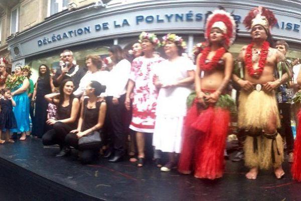 Paris : Heremoana chante devant la délégation de Polynésie