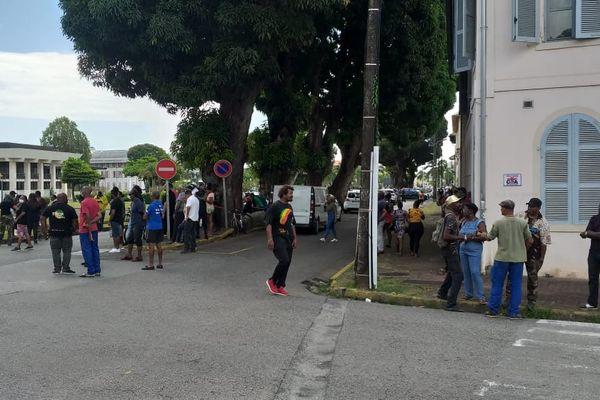 Cayenne : manifestation contre les mesures de freinage devant la Prefecture