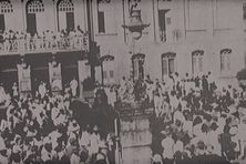Rassemblement des ouvriers de la canne en 1935 à la mairie de Fort-de-France.