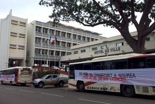 Mobilisation proriétaires de bus Karuia devant mairie de Nouméa (28 août 2017)