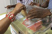 Vote d'une citoyenne dans un bureau de vote au sud de Martinique (image d'illustration).
