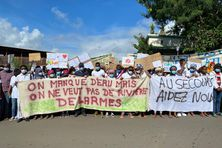 Les manifestants se sont arrêtés devant le commissariat de Mamoudzou.