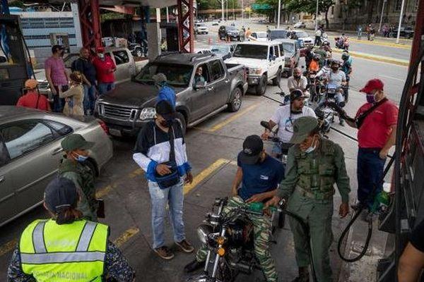 Venezuela file d'attente pour le carburant