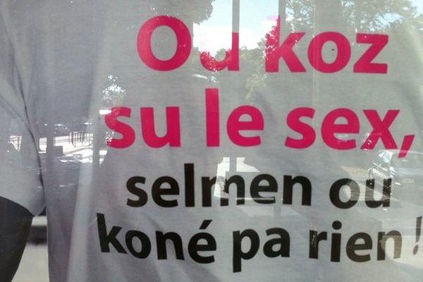 Planning familial de Saint-Paul : slogan sur tee-shirt