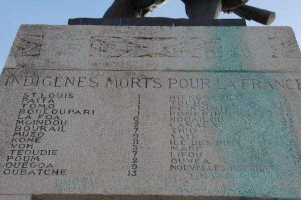 """Sur le monument aux morts de Nouméa, une plaque est réservée aux Kanaks, désignés par le terme """"indigènes"""""""