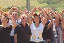 Les participants ont écrit de leurs mains les lettres de « Vivre ensemble », visibles du ciel.