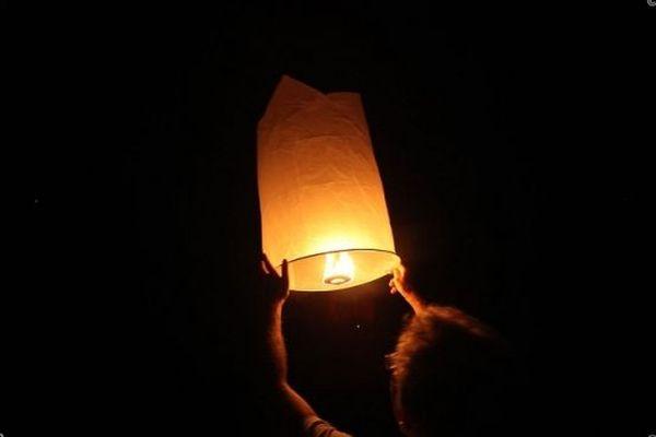 Un lâcher de lanterne à La Réunion.