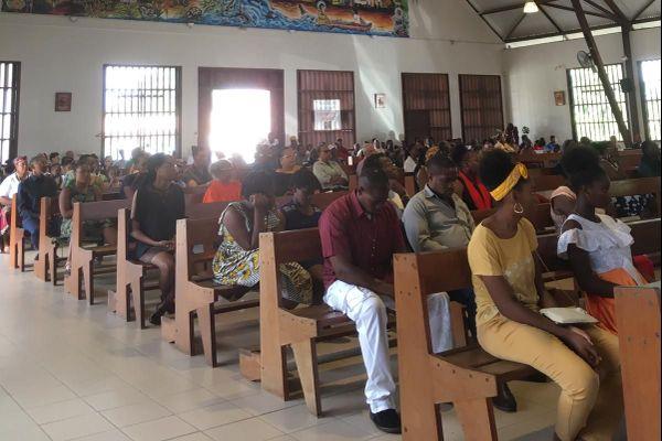 fidèles catholiques à l'église Bon Pasteur de Saint-Laurent du Maroni