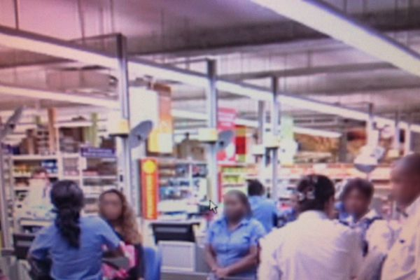 Des policiers au supermarché