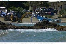 À Tobago, les autorités remorquent le bateau retrouvé à la dérive avec 14 cadavres à son bord.