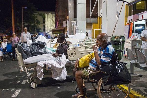 Près de 1 200 personnes évacuées après l'incendie au CHU de Pointe-à-Pitre en Guadeloupe.