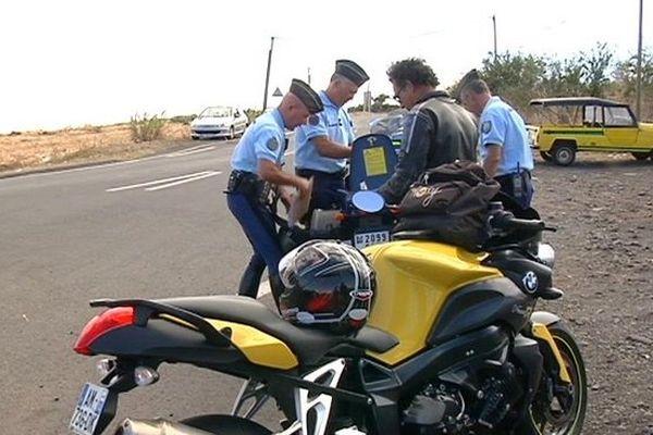 Gendarmes contrôlant un motard