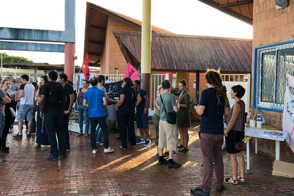 Mobilisation devant le lycée Bertène Juminer 5 2 19