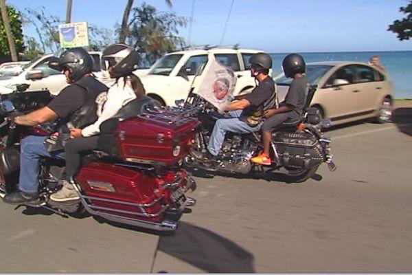 Deux enfants à moto