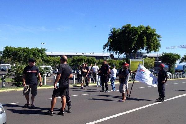 En grève, les pompiers et barrage filtrant à Gillot