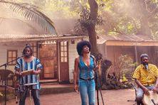 Christine Salem chante pour Cover Music entourée de ses musiciens au Vieux domaine de la Ravine des cabris à La Réunion