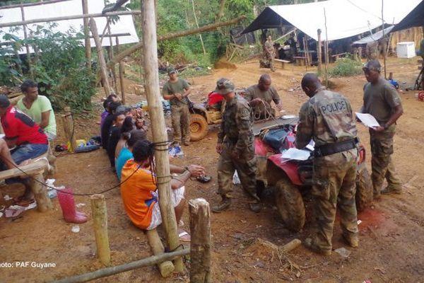 50 orpailleurs arrêtés par la police de l'air et des frontières en Guyane