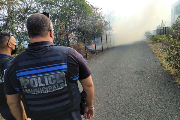 Incendie dans la savane de Plateau-Caillou, dimanche 19 septembre police clôtures feu habitations