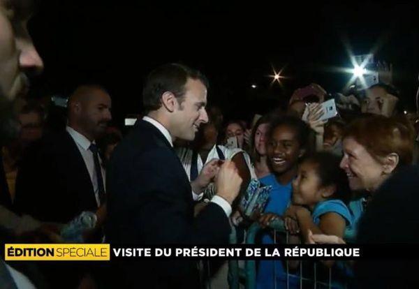 Poignées de mains, selfies et autographes pour Emmanuel Macron place Bir Hakeim