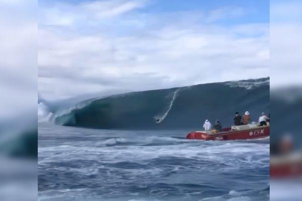 Kauli Vaast surfe une vague monstrueuse