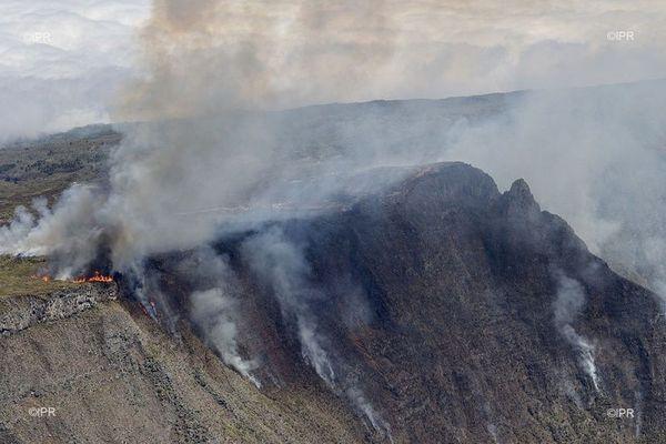 incendie du Maïdo, les remparts en feu aux premiers jours de l'incendie 071120