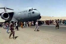 Ces images d'Afghans voulant embarquer à bord d'un avion américain à Kaboul pou fuir le régime des talibans justifie pour certains anciens combattants l'intervention des forces internationales dans le pays.
