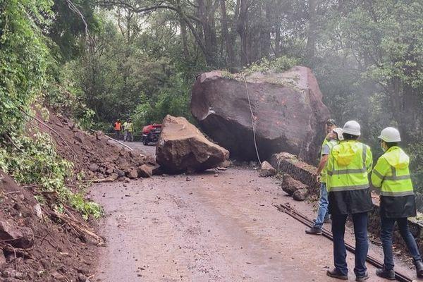 salazie eboulis bloc rocheux 250 tonnes route de Grand Ilet 220421