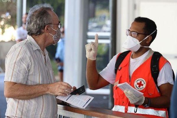 La Croix Rouge mobilisée à l'aéroport de Gillot pour lutter contre le coronavirus.