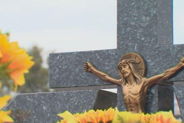 Toussaint : fleurs fraiches et artificielles décorent les tombes