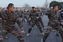 """Les militaires du XV du Pacifique interprètent leur """"Toho te vaka"""" sur la place d'armes du 48è RT d'Agen."""