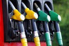 À la pompe, le gazole coûte désormais 0,70 euro le litre, tandis que le prix de l'essence est fixé à 1,10 euro.