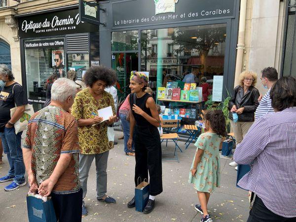 Devant la librairie Calypso à Paris...