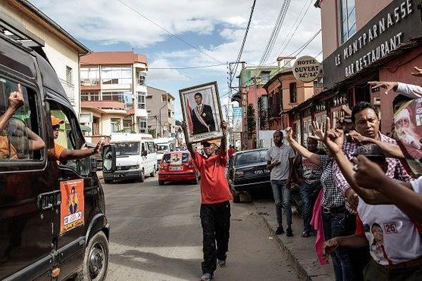 Des soutiens du candidat Andry Rajoelina face à des supporters de son rival, Marc Ravalomanana, durant une parade de campagne à Antananarivo, le 16 décembre dernier.