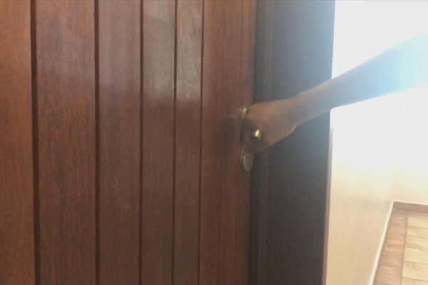 La porte se ferme pour les logements airbnb