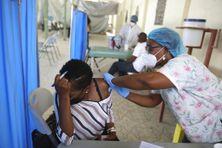 Femme recevant une dose du vaccin Moderna à l'hôpital Saint-Damien, à Port-au-Prince, Haïti.